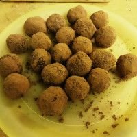 Chokladbollar 2015-11-22 – S.J. blogg – bakat lite chokladbollar idag. . Margarin (ca 0,5 deciliter) kakao (1-1,5 deciliter fazer cacao) strösocker (ca 1,5 deciliter) vaniljsocker (1/3 deciliter) ströbröd (ca 2-2,5 deciliter) (måtten är ungefärliga, mixa ingredienserna efter eget tycke) Blanda till en mix så att de inte smakar margarin eller för sött, för torrt o att chokladsmaken blir...