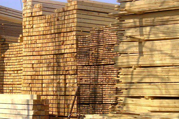 Este tipo de madera se llama PINO y las personas la utilizamos para construir muebles u objetos de decoración para las casas