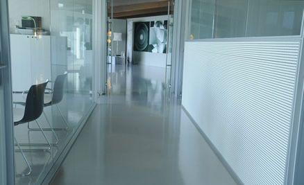 ufficio con pavimenti in resina