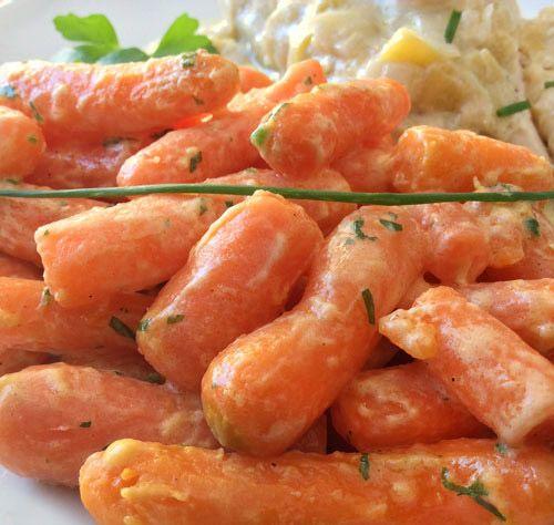 """Para 3-4 raciones: 400 gr. de zanahorias cocidas en rodajas o un paquete de zanahorias """"baby"""" – 200 ml. de nata líquida – 1/2 cebolla - Sal, pimienta y nuez moscada - Mantequilla"""