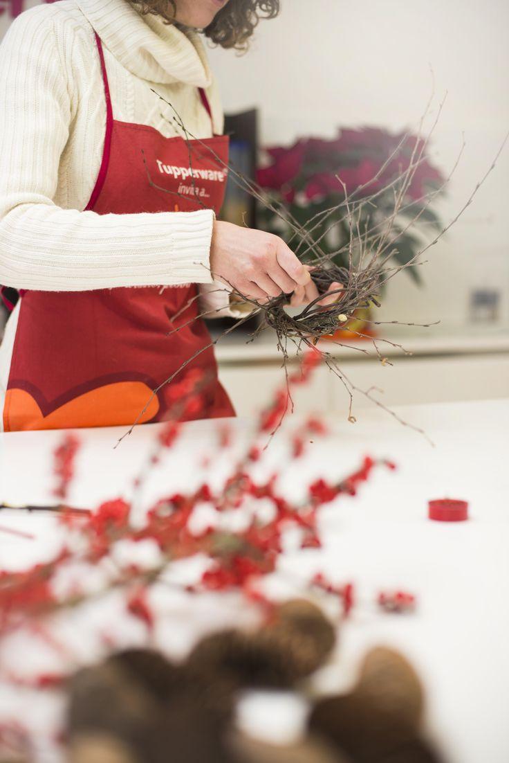 Crea un centrotavola unico con la Ciotola Allegra ed una ghirlanda di bacche rosse e pigne fatta da te.
