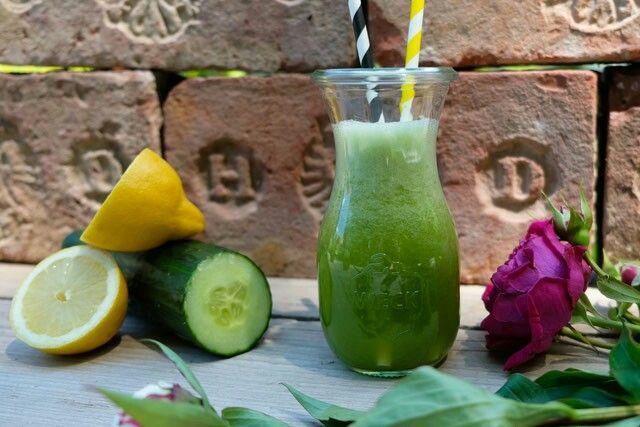 Ananas-Honigmelonen-Gurken-Saft  Ein Muntermacher ist dieser hellgrüne erfrischende Obst-Gemüsesaft.