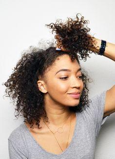 Je ne compte plus le nombre de fois où vous m'avez demandé comment je faisais pour «dormir avec mes cheveux» (comprenez, comment je protège mes boucles pendant la nuit…