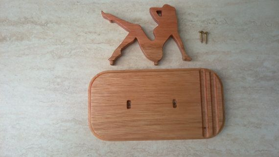 Supporto del telefono, fatto di legno di eucalipto e rifinito con cera dapi. Dimensioni: 85 x 160 x 90 mm