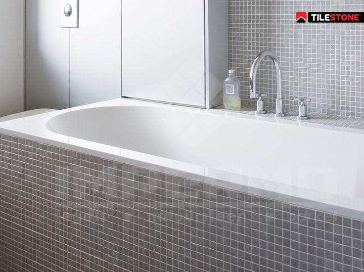 25 beste idee n over lichtgrijze badkamers op pinterest leisteen tegels in de badkamers en - Badkamer met mozaiek ...