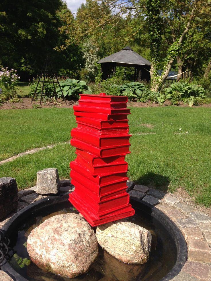 Her har jeg genbrugt en stak gamle bøger og lavet dem om til et springvand til haven. Bøgerne er lakeret med adskillige lag skibslak, der er boret et hul til et vandrør, som er sat igennem hele stakken.