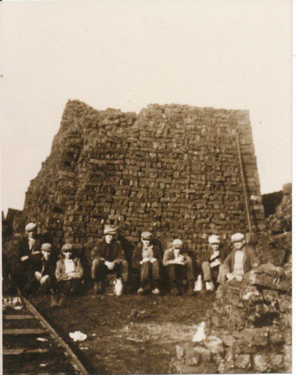Oude foto van turfstekers in de Moost wie staan op deze foto?