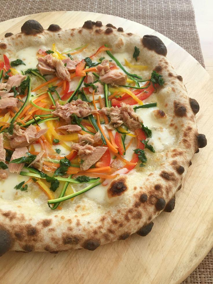 Pizza con julienne di verdure e tonno siciliano, condita con un giro di olio aromatizzato al prezzemolo. E' perfetta per la stagione estiva.