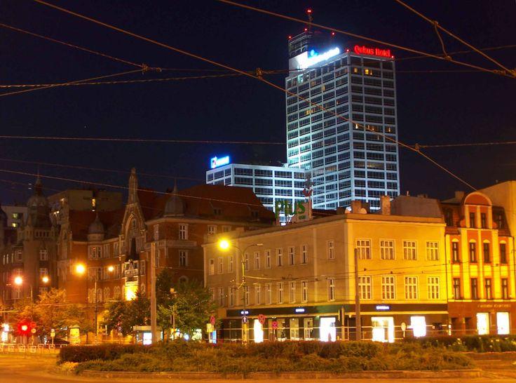 Katowice są niezwykle starym miastem o długiej i zmiennej historii. Nagrobki na znajdujących się tutaj cmentarzach bardzo często stanowią element opowiadanej historii. Znajdziemy wiele nawiązań do wojen, świadectwa wielkich tragedii, jak np. pożar w kopalni. Na cmentarzach które wciąż są używane widoczne są nagrobki w nowocześniejszym stylu, jednak bardzo często posiadają nawiązania do śląskiej kultury,