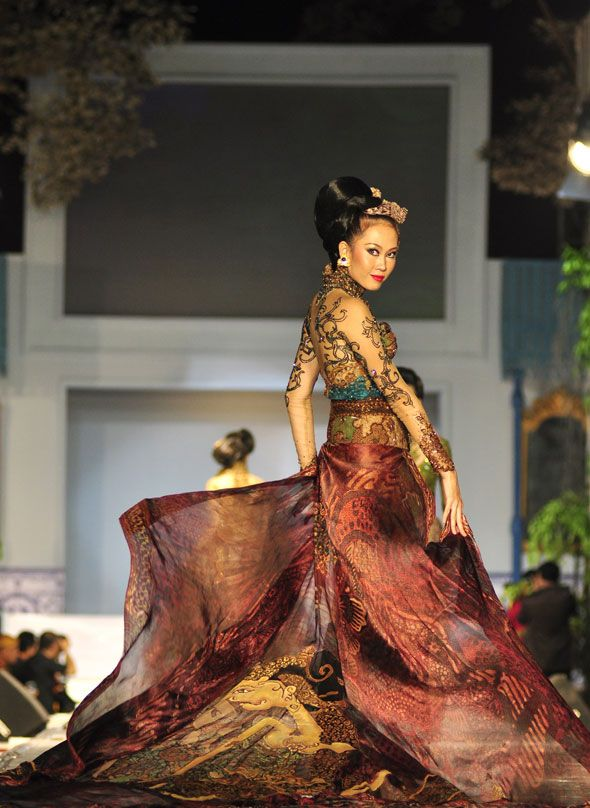 Amazing kebaya - check the wayang worked into it! Believe it's by Anne Avantie, a pioneer of contemporary Indonesian kebaya design and maker of the nation's most expensive kebayas [according to Wikipedia].