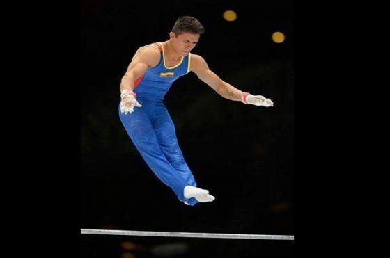 Comenzó a practicar la gimnasia desde muy chico y pronto representó a su departamento en los campeonatos nacionales infantiles y juveniles.