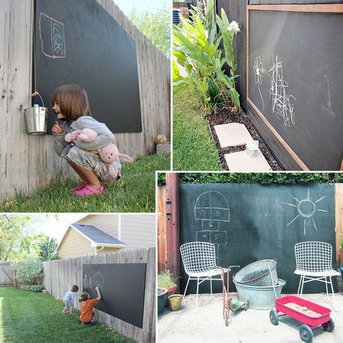 Bij de gedachte aan een kindvriendelijke tuin, denken de meeste mensen aan enorme klimtoestellen, boomhutten en plastic zandbakken. Gelukkig kan het ook anders. Wat dacht je bijvoorbeeld van deze leuke (zelfgemaakte) schoolborden voor in de tuin?