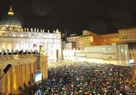 13-Mar-2013 20:29 - BERGOGLIO WORDT PAUS FRANCISCUS I. De Argentijnse kardinaal Jorge Mario Bergoglio is zojuist aan de wereld voorgesteld als nieuwe paus. Hij zal binnen enkele momenten de wereld vanaf het balkon van de Sint Pieter toespreken. Hij zal de pauselijke naam Franciscus I aannemen.  De 77-jarige Bergoglio gold tijdens het conclaaf niet tot de vaakst genoemde kanshebbers.Dat was bij de vorige pausverkiezing, toen Ratzinger uiteindelijk paus werd, wel het geval.
