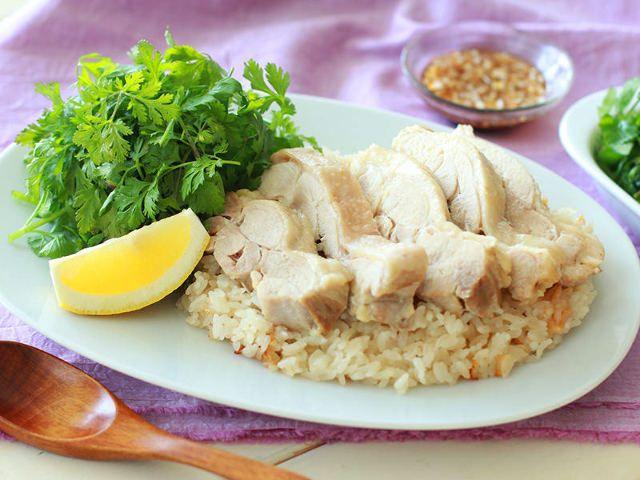【簡単レシピ】炊飯器に入れるだけ!鶏の旨みがクセになる「海南鶏飯(ハイナンジーファン)」