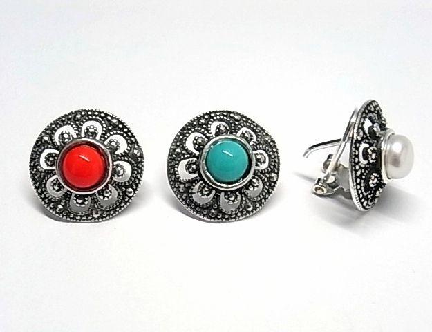 Pendientes de plata de primera ley con marquesitas y una perla en su centro de color a elegir rojo, azul o blanco y cierre omega. REF.:110250550139. PRECIO:33,7€