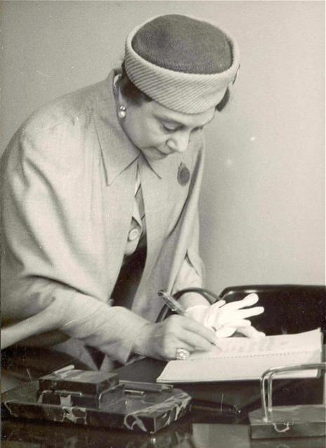 ilk Türk kadın ressamlarından Emine Fuat Tugay (1897-1975). Çok Asil..