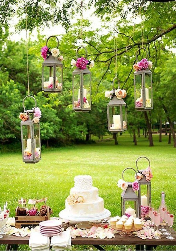 Ein Dessert-Buffet in Szene gesetzt: Kerzen von Baumzweigen hängend ❤️ #Candybar #Hochzeit #Wedding #Buffet #Cupcakes