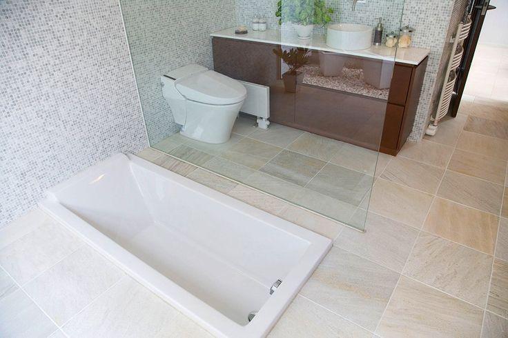 Zabudowana, wkomponowana w podłoże wanna w łazience z mozaiką. #design #urządzanie #urząrzaniewnętrz #urządzaniewnętrza #inspiracja #inspiracje #dekoracja #dekoracje #dom #mieszkanie #pokój #aranżacje #aranżacja #aranżacjewnętrz #aranżacjawnętrz #aranżowanie #aranżowaniewnętrz #ozdoby #łazienka #łazienki #wanna #mozaika