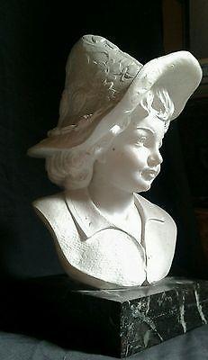Scultura in marmo pastorello/a con cappello floreale fine '800-primi '900