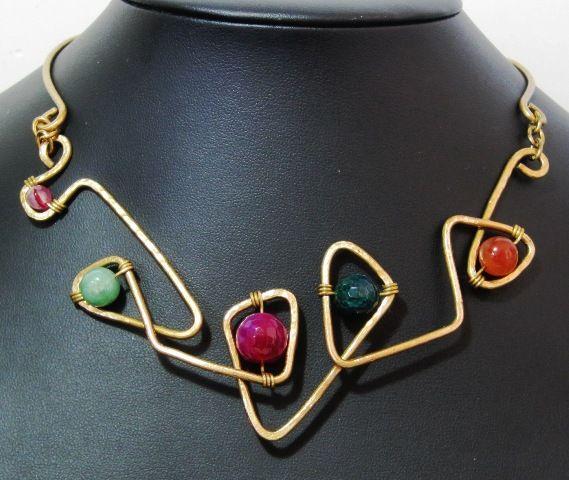 """""""Juno"""". Collana in ottone martellato e pietre dure (Agata colorata, Avventurina, Corniola). Chiusura artigianale."""