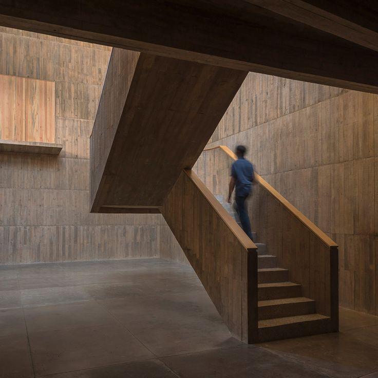 Productora baut ein mexikanisches Zentrum für Archäologie und Textilien aus getöntem Beton