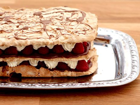 Peters recept på marängtårta med chokladkräm, hallon och rice krispies, puffat ris. Dubbla receptet för att få en stor tårta eller för att göra flera lager på höjden.