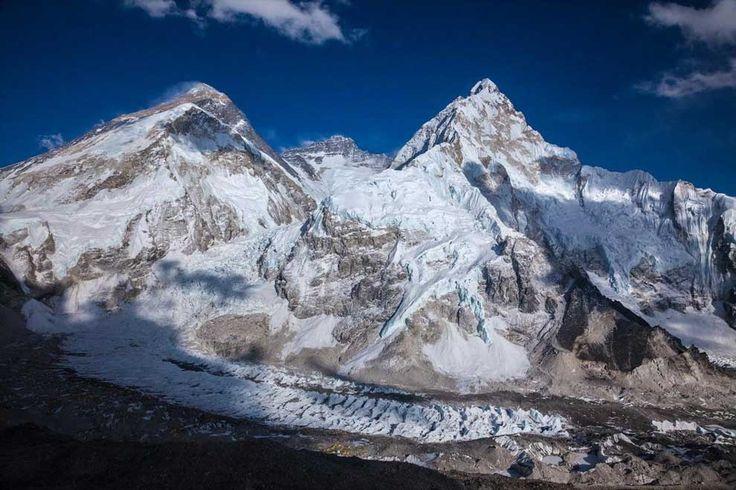 エベレスト(写真左)とヌプツェ(右)。ネパール地震でともに移動した可能性があるが...