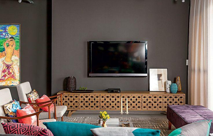 O aparador com design da arquiteta Gabriela Marques foi confeccionado pela Santíssima Fé Marcenaria. O móvel é base para a tv.