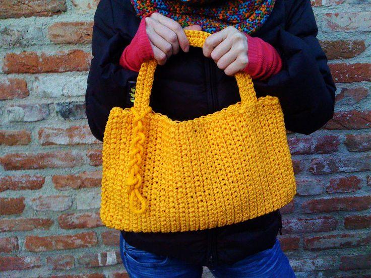 Háčkovaná kabelka s háčkovaným přívěškem žlutá háčkovaná kabelka se žlutým přívěskem je z velmi odolného materiálu. Netradiční zpracování je vhodné pro dámy, které se nebojí ukázat a propagovat nové trendy:). !Zakazuji kopírování nápadu! S úctou a pozdravy. Vaše Uháčkováno ! Rozměr: 40 X 39 cm Barva kabelky je volitelná z těchto barev:žlutá, zelená, ...