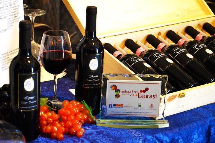L' Azienda Barrasso Luciano, coltiva solo aglianico e produce solo vino rossoVitigno Aglianico 100%. Zona di produzione Taurasi (Av), Italia.