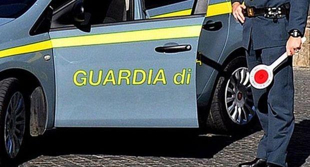 Napoli, scarpe false sequestrate dalla Finanza: cinque arresti