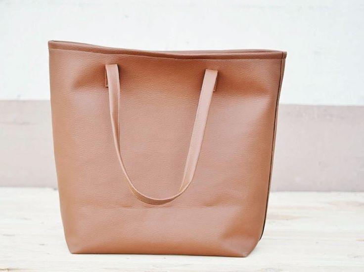 Kostenlose DIY Anleitung: Große Tasche aus Kunstleder nähen / free diy tutorial: sew your own large bag out of fake leather via DaWanda.com
