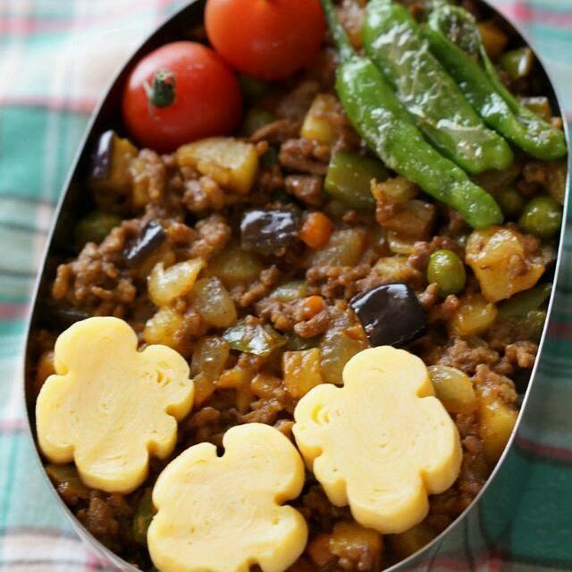 本日のお弁当 ドライカレー、お花の卵焼き、ししとうのソテー、プチトマ  あけみさんのお花の卵焼き作ってみたけど失敗(-.-) アメーバみたいになっちゃいました(^_^;) ドライカレーは玉ねぎ、茄子、ピーマン、ジャガイモ、ニンジン、グリーンピースを入れました。 - 287件のもぐもぐ - ドライカレー弁当 by kiyoshun