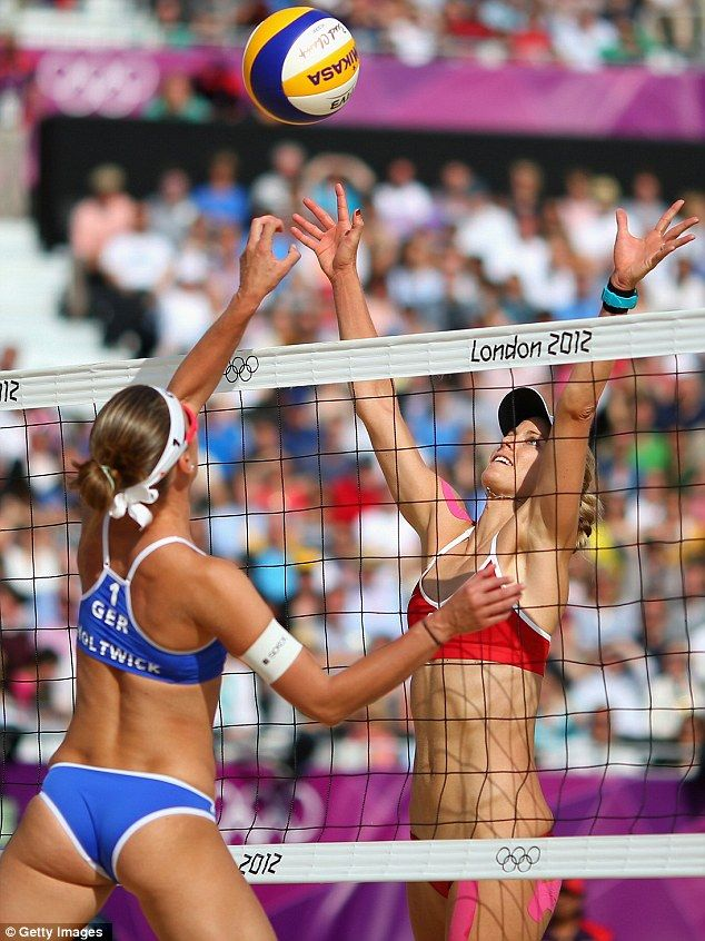 Women playing volleyball naked — pic 11