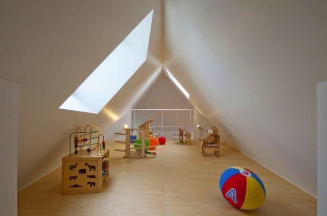 日 건축가가 지은 날씬한 집 화제  일본은 좁고 날씬한 건물이 많기로 유명한데, 근래 한 일본 건축가가 지은 날씬한 주택이 해외인터넷에서 주목을 받고 있다.  건축가 Kota Mizuishi는 일본 니가타현 Horinouchi에 좁고 날씬한 삼각형 주택을 지었다.현재 이 집에는 부부와 어린이 1명이 거주하고 있다.  주택 내부에는 부엌,욕실,침실,어..