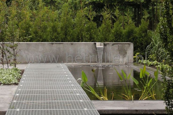 Tuinaanleg Eindhoven Nuenen moderne tuin met strakke vijver en watergoot