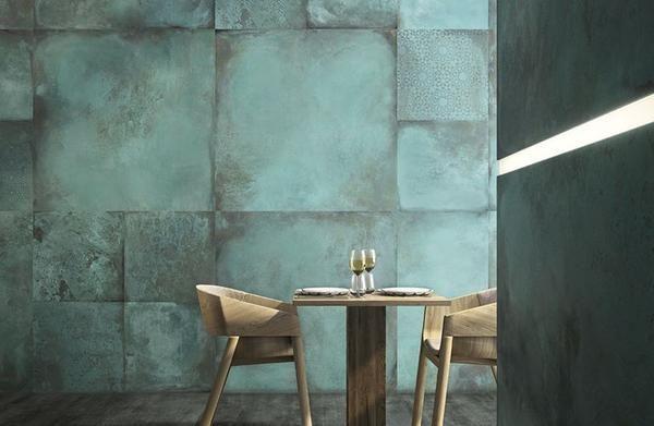 Natural copper er en kobberprægede flise som giver et dragende utryk af irret kobber, Designer har taget inspiration fra historiske byggerier og fortidens arki