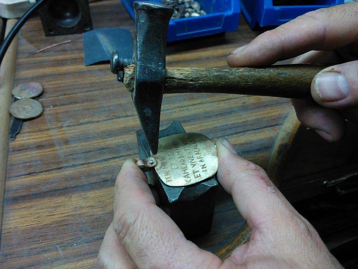 Paso 3. Se realiza a mano un remache, para hacer una anilla lo más parecida a la original.