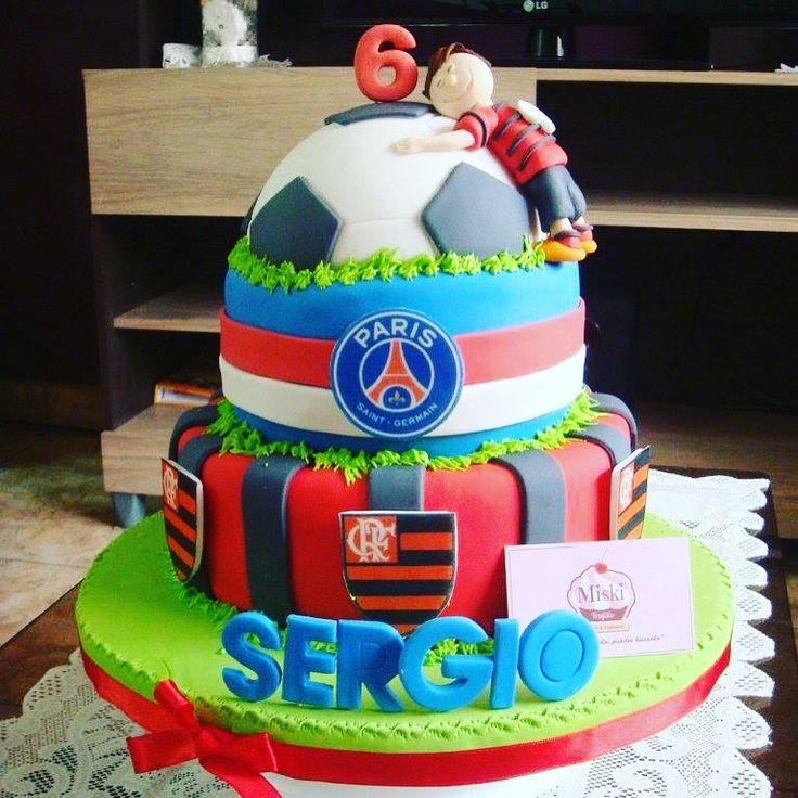 Una bonita torta personalizada de #flamengo & #parissaintgermain los equipos favoritos de Sergio :). Gracias Sra. Gyra por la preferencia de todos los años!! #futbol #pelota #papelarroz Sabor: vainilla con manjar.