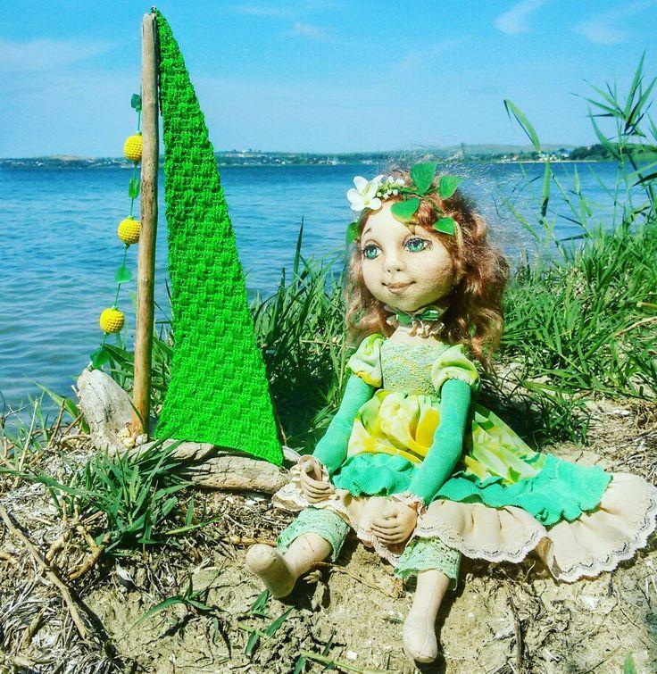 В ненастную погоду пришел мне в голову такой #кораблик... А потом мне на глаза попалась мамина #кукла эльф, она как будто хотела себе такой кораблик))) А может быть кто-нибудь поможет придумать этой кукле имя эльфийское? ) Мы уже голову сломали... #кукларучнойработы #тряпичнаякукла #галиныочумелыеручки #деревянныйкораблик #дрифтвуд #driftwood #вязаныебусины #морскоестекло  #наташиныочумелыеручки #домашнийдекор #ручнаяработа #handmade #фанагория #Сенной #Море #краснодарскийкрай