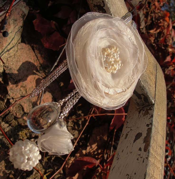 Krásná ♥ Květinová aplikace zdobená rokajlem, kulička šitá z rokajlu, tulipánek a kapka z čirého skla. Všechny kovové části ve stříbrnébarvě, délka řetízku na přání