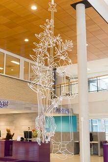 All is well: Het werk bestaat uit een spiegelende vijver (met een diameter van 4 meter) met zwevend daarboven zes roestvrijstalen figuren (elk ongeveer 2,5 x 1 meter). Iedere figuur verwijst naar een ander botanisch element, en alle figuren hangen boven de vijver zonder het water te raken.