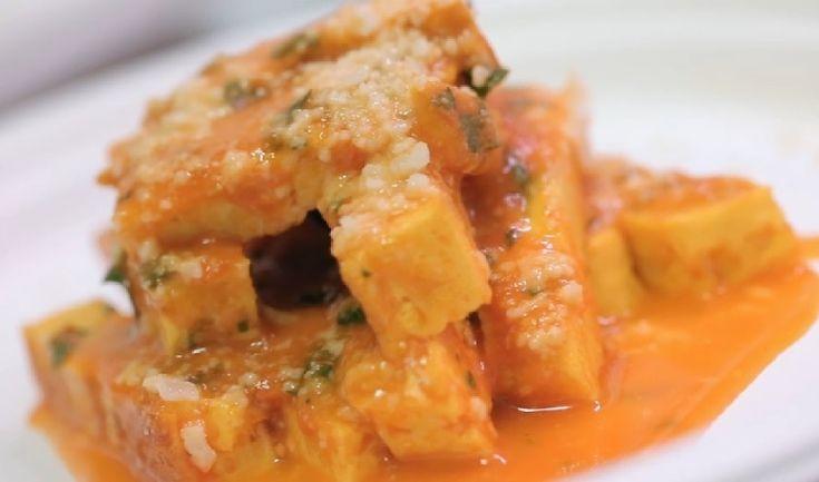L'uovo in trippaè un tipico piatto romano: alla vista ricorda la trippa ma si tratta di frittata cotta in salsa di pomodoro con pecorino e mentuccia.