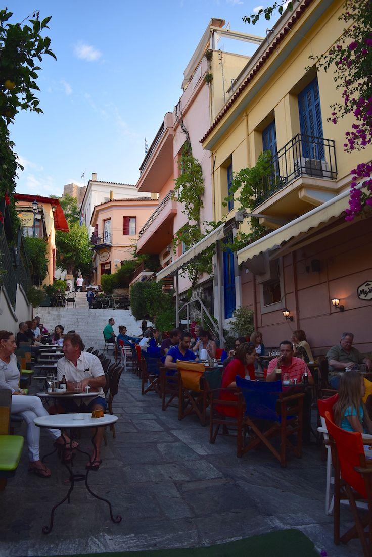 Vale a pena caminhar por toda extensão da principal rua do bairro, a Adrianou, não só para ver as cores e lojas, mas também porque essa é provavelmente a rua mais antiga de Atenas, que conserva o mesmo layout e uso desde a antiguidade.