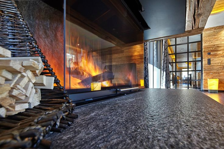 Modernes Mehrfamilienhaus im #Chalet-Stil mit vier exklusiven Wohneinheiten, #Tiefgarage und #Wellnessbereich.