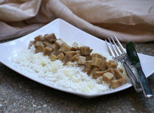 Piatto vegan in versione indiana aromatizzato al garam masala.Il garam masala è una mistura di spezie tipica della cucina indiana e pakistana: il significato del nome è spezia calda, bollente, anche nel senso di piccante. Può essere aggiunto durante la cottura oppure al termine, ma anche semplicemente sparsa sul piatto finito prima di servirlo.