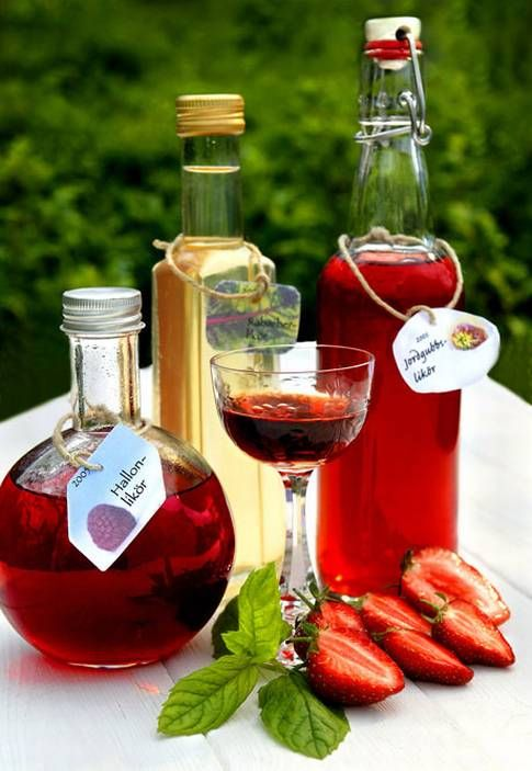 Smakrika likörer gör sig utmärkt både vackra sommarkvällar och mysiga höstkvällar.   How to make strawberry, raspberry or rhubarb liqueur + 9 tips on how to succeed