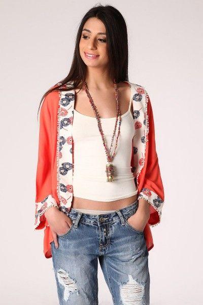 *Een koraal kleurige kimono met een bloemenprint in het detail.  Gemaakt van licht geweven stof, de kimono heeft een relaxte pasvorm en vlinder mouwen.  Deze kimono is perfect voor overdag om je outfit compleet te maken!