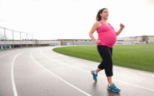 Come prevenire il diabete da gravidanza Il diabete da gravidanza è una patologia che sopraggiunge nel periodo interessante della donna. Per prevenirlo, è consigliato fare attività fisica, anche per ridurre l'aumento di peso materno. Ma non #diabetedagravidanza #attivitàfisica