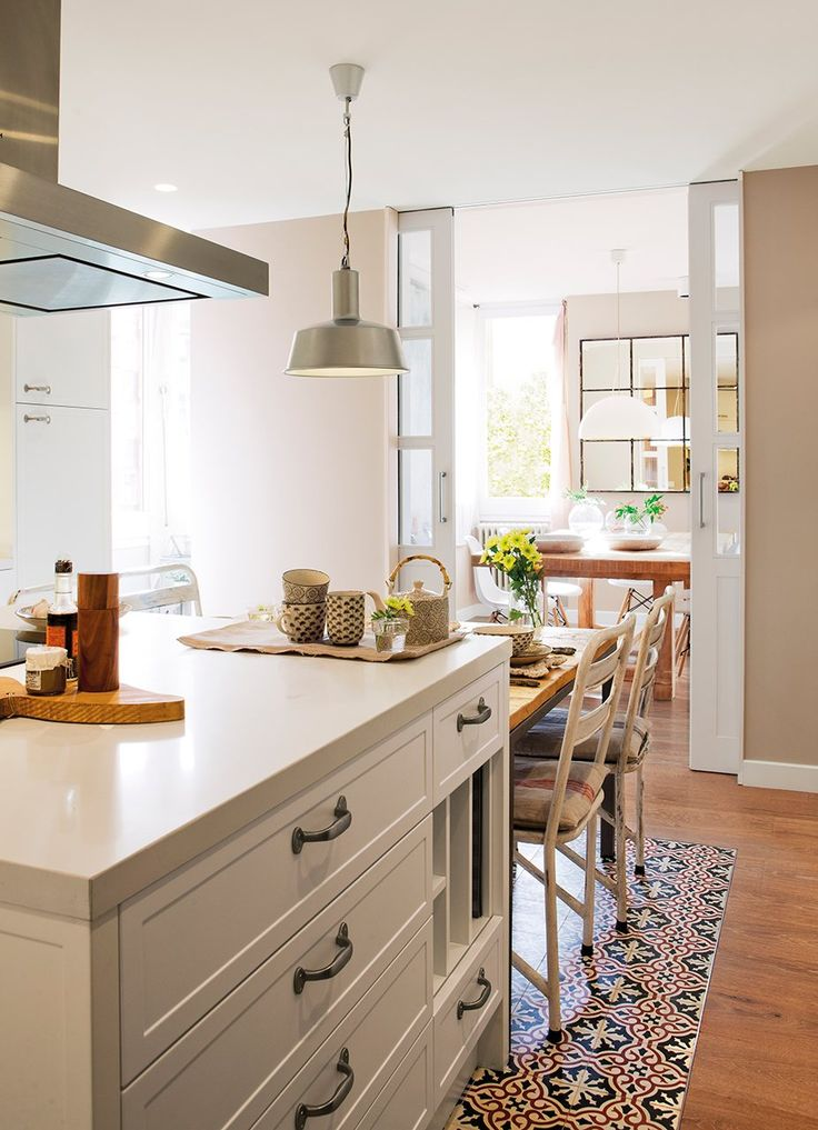 Zona de office. Mesa de cocina diseño de Jeanette Trensig, sillas y lámpara, todo en Cado.